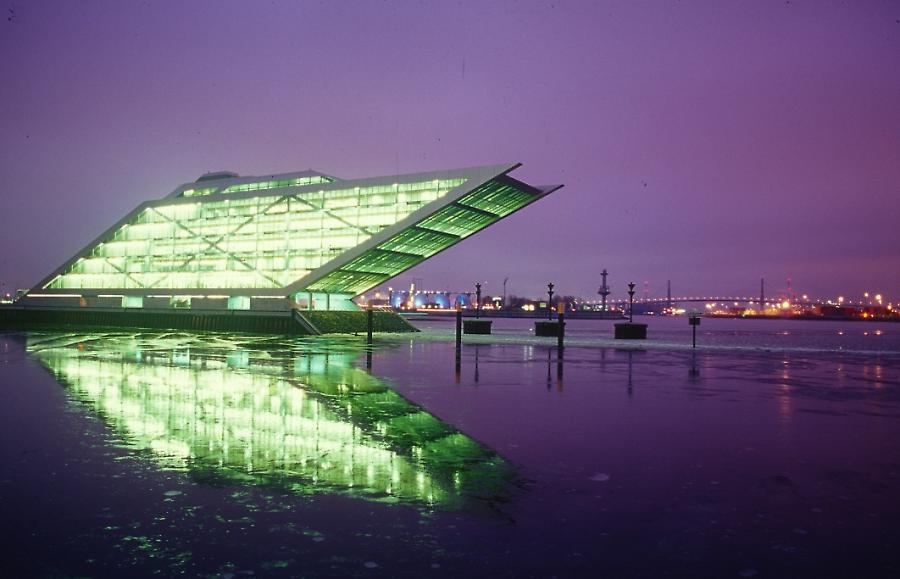 Docklandgebäude im Winter, dockland-building in winter