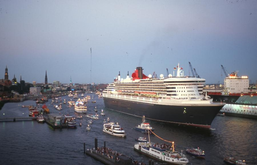 Queen Mary 2 im Hafen, Queen Mary 2 in the harbour